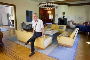 Villa Asea är ett nationalromantiskt praktbygge vilket förpliktigar. Förvaltaren Bo Granqvist ser till att den bruna träfasaden tjäras om vart sjunde år.
