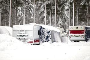 Flera personer bor i husvagnar året runt på campingen vid Medskogssjön.