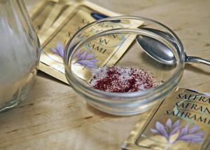 Genom att gnida saffran med salt eller socker, triggar man fram extra mycket saffranssmak.