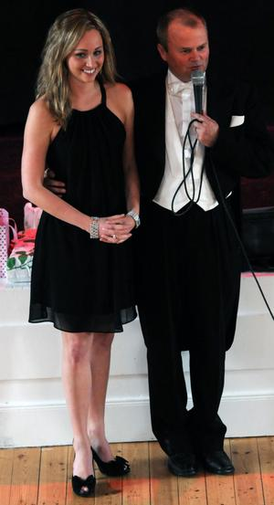 Kvällens toastmaster, Kalle Björklund, presenterade UF-inspiratören Linda Fredell.
