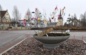 Påskutsmyckning i rondellen i Älvdalen, här resultatet från Gula Villans förskola.