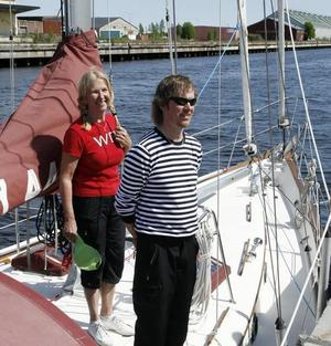 HITTAD. Paret Roghes segelbåt, som de var tvungna att överge under en svår storm, har nu hittats och bogserats i hamn. Bilden är tagen när de lämnade Gävle hamn i slutet av maj.Foto: Stefan Tkatjenko