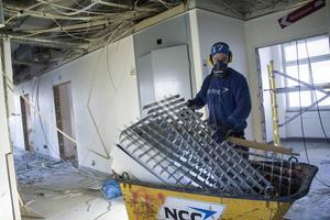Parallellt med själva maskinrivningen pågår asbestsanering och interiör, elledningar, rör och liknande inne i byggnaderna avlägsnas.