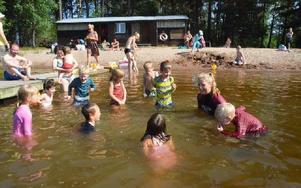 Att vattnet bara är 18 grader varmt märktes inte på barnen. Foto: Frida Danielsson