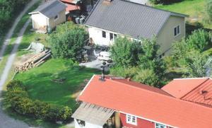 Här skulle Lars Beckmans pool anläggas, enligt återförsäljaren. Men när paret vägrade betala handpenning fraktades poolen till en granngård där den förvarades.