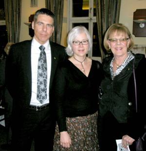 Mikael Tornving med hustru Gunilla och gillets sekreterare Inger Vesterlund.