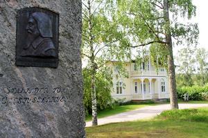 Celsiusstenen är rest till minne över Ovanåkers förste kyrkoherde Nicolaus Magni Celsius, som levde på 1600-talet. Enligt planerna kommer den att flyttas till parken invid Ovanåkers kyrka, när prästgården blir privat.