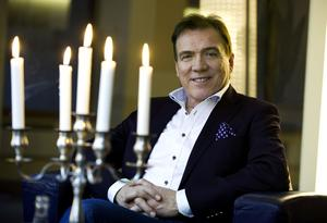 Christer Sjögren bjuder in till julkonserter i kyrkor runt om i länet.