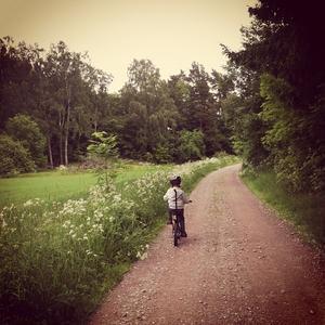 Envishet och koncentration krävs när man lär sig cykla. Nu är sonen på väg mot okända mål på egen hand.