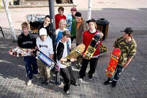 De skateboardåkande ungdomarna i Kramfors har tröttnat på att få skäll när de åker på gatorna. Nu ställer man krav på att få en skateboardpark.