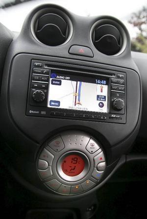 Klimatanläggning och ljudanläggning, här med navigation, dominerar instrumentpanelen.