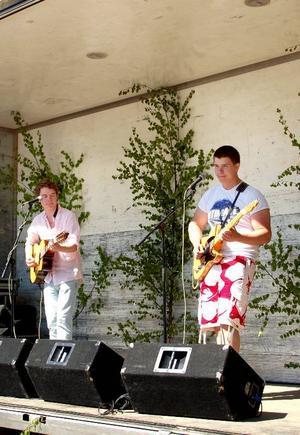 """Alexander Myrén och Carl Karlsson fick spela innan """"Idol-Ola"""" gjorde sitt framträdande i Strömsund. De tyckte att det var roligt att spela på en stor scen i solskenet."""
