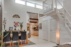 Lägenheten ligger i Villastaden och har god rymd med hög takhöjd.