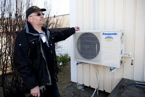 Allt fler väljer att installera en luftvärmepump som komplement till elvärmen i huset. Installationen tar några timmar för Peter Andersson och sedan kan hushållet i bästa fall halvera sina värmekostnader.