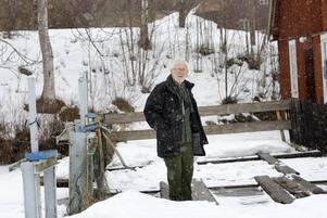 Många Brobybor brukar använda sig av kvarnbron för att ta sig till bussen. Men sedan i höstas är den trasig och avstängd. Nu griper vägföreningen in och startar en insamling för att rädda bron. Bra, tycker Bengt-Erik Malmberg som hellre går där än på stora vägen.