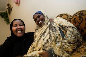 Raho får ofta besök av grannen och bästa väninnan Hawo Jusuf. Hawo kommer också från Somalia.