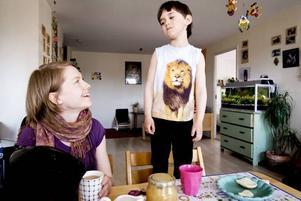 """BESTÄMD. Teo vill också vara med och bestämma och mamma Tove låter honom göra det i viss mån, helst vill hon hitta kompromisser som passar båda. """"Att barn ifrågasätter vuxna gör förhoppningsvis att vuxna reviderar sina normer och ibland står fast vid dem, i så fall har man verkligen fått ut någonting av konflikten"""", säger Tove Sahlin. Foto: David Holmqvist"""