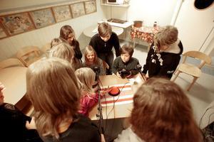 När radion sänder lokala nyheter och det är dags för en kort paus passar klasskamraterna på att prata med Albin och Julia.