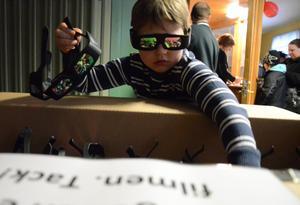 Förste glasögonutdelare. Ben Hellström har en arbetsuppgift. Att se till att ingen går in på bion utan att först ha försetts med ett par 3D-glasögon.