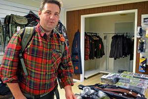 Ägaren Fredrik Eriksen, visar upp en storsäljare, en hölsterryggsäck, som jägaren aldrig behöver ta av sig för att kunna skjuta.