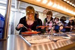 STARTEN. I går började allvaret för gymnasieeleverna. Ida Seeger skulle gärna ha lite mera sommarlov, här lastar hon på potatisbullar.