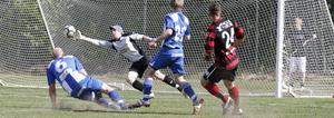 Köpings Simon Åkerström (24) har krutat på och bollen passerar Dala Järnas målvakt Christian Albinsson.  Det betyder 2-0 för hemmalaget.