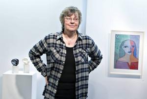 Lisbeth Sjölin vid en tidigare utställning i ett litet (och nu nedlagt) Gävlegalleri. På lördag öppnar hennes nya utställning, i ett ännu mindre galleri, på sju kvadrat.   Foto: Lars Wigert