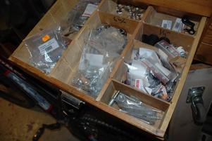 Reservdelar. I lådorna väntar de vanligaste reparationsdelarna. Här växeldelar.