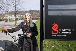 Madeleine Blom på gatuavdelningen jobbar för att Sundsvall ska bli en cykelvänligare stad. Vid Kulturmagasinet står cykelbarometern som mäter hur många cyklister som passerar varje dygn.
