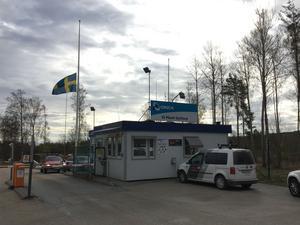 En människa omkom i arbetsplatsolyckan på Orica i Gyttorp i Nora kommun på söndagsmorgonen. Företaget hissade flaggan på halv stång på morgonen på grund av det inträffade.