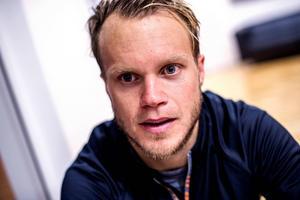 Modo -kaptenen Tobias Enström berättar om hur lyckliga han och hustrun Camilla är över sin nyfödda dotter, som ännu inte fått ett namn. Bild: Leif Wikberg
