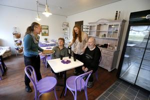 Olga Rostkowska, Lotta Nilsson, Jennie Åkerblom och Lars-Erik Söderlund i Roslagskrafternas fik som öppnar på måndag tillsammans med tre andra verksamheter.