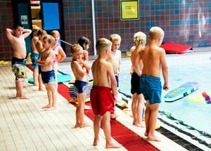 Första simskolekursen var det för de här barnen på söndagseftermiddagen.