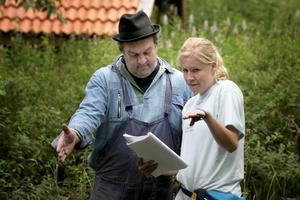 Manuskoll. Regissören och manusförfattaren Elin instruerar Nisse Tuominen inför den kommande scenen. Foto:Peter Ohlsson