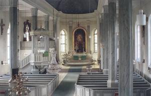 """Interiör av Hamrånge kyrka med Blombergssons altartavla från 1869. Blombergssons sista altartavla och den sjunde kopian av  Fredrik Westins """"Uppståndelsen"""", målad 1823 i Kungsholms kyrka i Stockholm."""