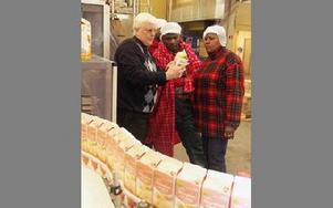 Bertil Wennberg, Marias ole Pello och Josephine ene Ndangoya inspekterar en förpackning med fjällyoghurt.