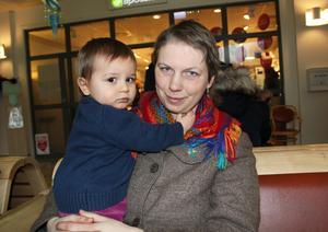 Linda Nordström och sonen Vide från Prästmon ockuperar sjukhuset.