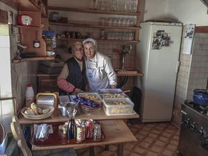 Det finns många mysiga, ofta familjeägda, restauranger i backarna som serverar utsökt mat.