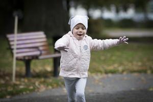Fyraåriga Juno Zeeck har haft leukemi i drygt två år. Nu är hon friskare men går fortfarande på behandling. Hennes livsglädje går inte att ta miste på. På lördagen sprang 150 personer Run for hope till förmån för barncancer.