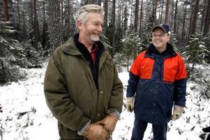Skogsägaren Mats Wiklund och arbetsledaren Mikael Eriksson är nöjda med de duktiga burmeserna.