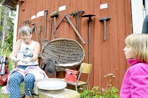 KONSTEN ATT DREJA. Matilda Arnlöf, 5 år, har fascinerad fastnat hos keramikern Gunilla Dovsten, Lindesberg.