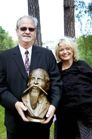 GÅVA. Gävle kommun fick ta emot en bronsstaty föreställande den svenske konstnären Olof Krans. och överlämnades av Mr T Hartman, borgmästare i Galva, här tillsammans med sin fru Judith.
