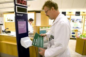 Apotekschef Hans Zetterberg plockar bort skylten om datakrångel efter att apotekens datorer återigen kunde få kontakt med servern på Apotekens service AB.