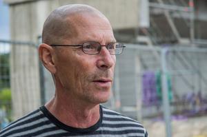 Hans Nordlund berättar att han funderar mycket på hur det har gått för de andra kollegorna som drabbades av raset. Han vet att en som låg i samma rum som honom på lasarettet skadade ryggen svårt.