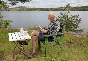Lars Gustafsson på sommarstället i Nyhyttan i Norberg sommaren 2015.