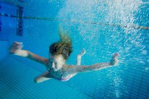 För att räknas till simkunnig enligt den nordiska definitionen ska man klara av 150 meter bröst- och 50 meter ryggsim i ett svep.