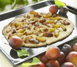 Plommonpizzan är godast när den är nygräddad och spröd.
