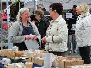 Gunilla Andersson, till vänster och Britt-Marie Strömberg med ostar från Raftsjöhöjdens gårdsmejeri.