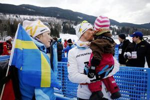 Johan och Anna Olsson tillsammans med dottern Molly under VM i Val di Fiemme i fjol, där Johan vann femmilen – en prestation han senare tilldelades Bragdguldet för.