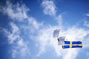 Fallskärmsklubben Dala, som gjorde ett masshopp från en DC-3:a hade med sig svenska flaggan på vägen ned, på flaggdagen för Drottning Silvias namnsdag.